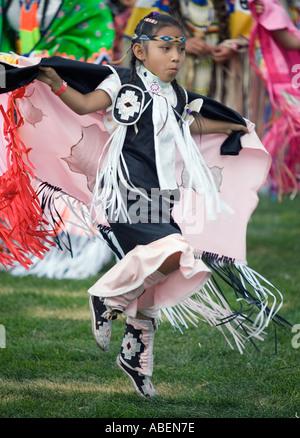 Ein Indianer in voller Montur nimmt Teil an einem ausgefallenen Tanzwettbewerb bei einem Powwow im Norden Utahs - Stockfoto