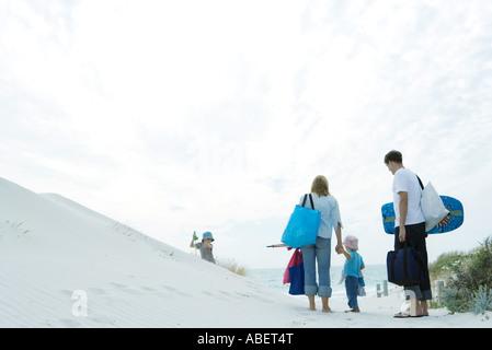 Familie zu Fuß durch die Dünen zum Strand - Stockfoto