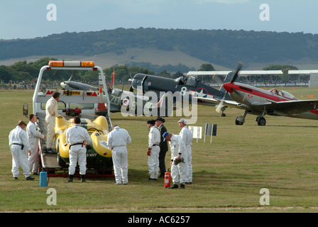 Zwei Spitfires und Corsair FG 1D plus Lister Jaguar gerettet von Marshalls am Goodwood Revival 2003 West Sussex - Stockfoto