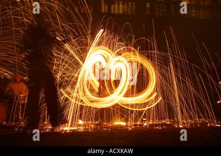 Verbrennung von Stahlwolle Spinnen durch Feuer Folk auf die Kräfte des Lichts Festival, Helsinki, Finnland - Stockfoto