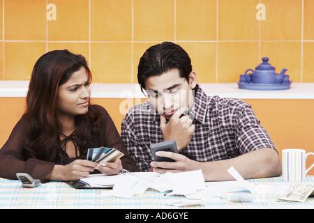 Nahaufnahme von einem jungen Paar denken - Stockfoto