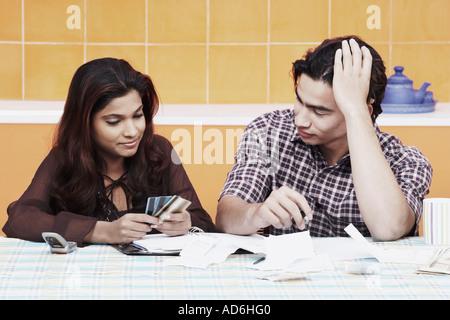 Nahaufnahme eines jungen Paares Blick auf Kreditkarten - Stockfoto