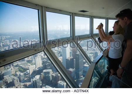 Touristen in der Sky pod die Welt s höchste Aussichtsplattform auf der CN Tower in Toronto Ontario Kanada - Stockfoto