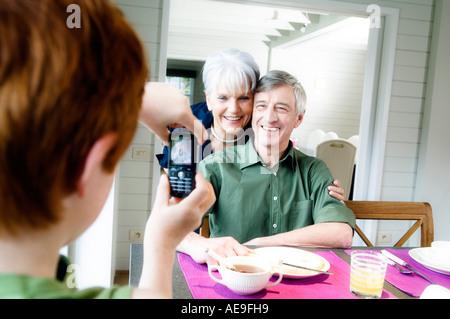 Junge unter Bild von älteres Paar mit Kamera-Handy - Stockfoto