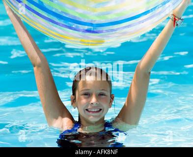 kinder spielen mit einem ball im pool stockfoto bild 16459582 alamy. Black Bedroom Furniture Sets. Home Design Ideas