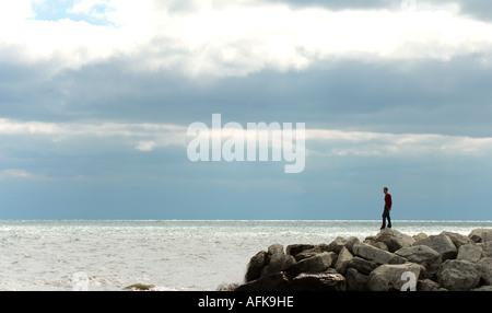 Silhouette der junge Mann auf Felsen am Seeufer Milwaukee Wisconsin USA - Stockfoto