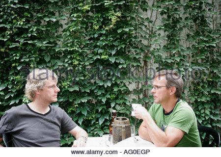 Montreal Kanada Rue Ontario Chez Clo Restaurant Bistro im freien Männer Efeu Esstische - Stockfoto
