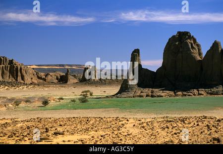 Algerien in der Nähe von Tamanrasset riesige Felsen gegen blauen Himmel - Stockfoto