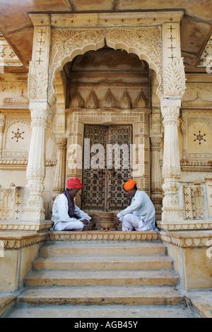 Zwei Männer spielen traditionelle Hindu Spiel Chopar vor dem Shiva-Tempel am See Gadisar - Stockfoto