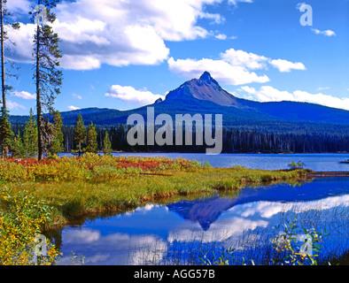 In den Cascade Mountains von Oregon in großer Höhe ist Big Lake und Mount Washington in der Nähe von Santiam Pass - Stockfoto