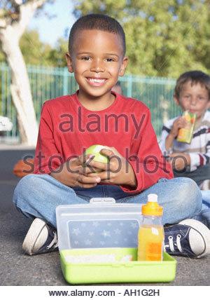 Schüler außerhalb der Schule zu essen - Stockfoto