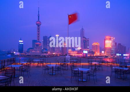 Skyline von Shanghai in der Abenddämmerung China - Stockfoto