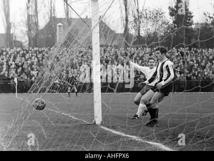 Fußball, Regionalliga West, 1967/1968, Jahn-Stadion in Bottrop, VfB Bottrop gegen Rot-Weiss Oberhausen 0:2, Szene - Stockfoto