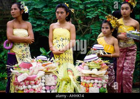 Balinesische Generationen am Tempelfest - Stockfoto