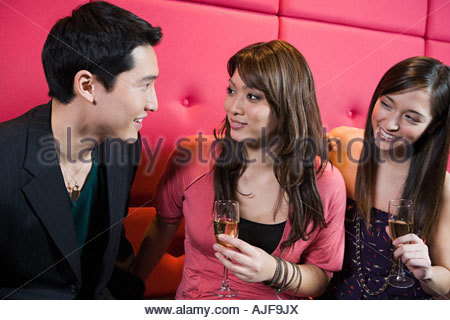 Junge Männer und Frauen in einer bar - Stockfoto