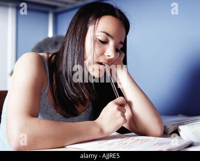 Mädchen, die Hausaufgaben im Schlafzimmer - Stockfoto