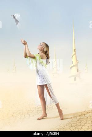 Junges schönes Mädchen in eine fantastische Außerirdischen Wüste Welt Eleasing ein Weißbuch Frieden Taube - Stockfoto