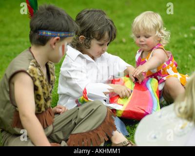 Spielende Kinder passieren das Paket - Stockfoto