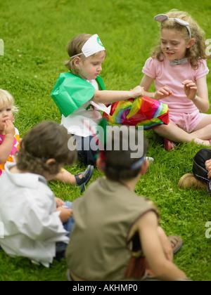 Kinder spielen passieren das Paket - Stockfoto