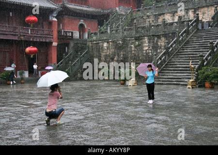 Touristen fotografieren in einem Tempel Wudangshan, China - Stockfoto