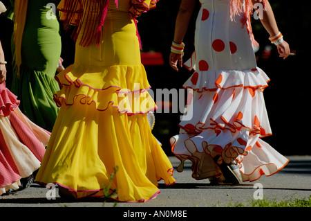 Frauen im Flamenco Kleid zu Fuß durch Maria Luisa Park während der Frühjahrsmesse Sevilla Feria De Abri, Sevilla, - Stockfoto