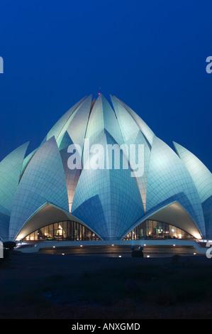 Indien, Delhi, South East Delhi: Bahai-Tempel (b.1986) am Abend - Stockfoto