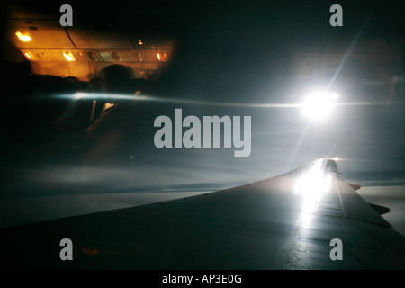 Nachtansicht von flugzeug fenster stockfoto bild 63485157 alamy - Nasse fenster uber nacht ...