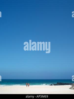 Paar auf einem einsamen Strand in der Nähe von Corralejo, Fuerteventura, Kanarische Inseln, Spanien - Stockfoto
