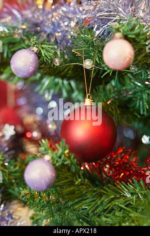 gl nzend gr ne weihnachtskugeln nahaufnahme makro und baum auf h lzernen hintergrund stockfoto. Black Bedroom Furniture Sets. Home Design Ideas