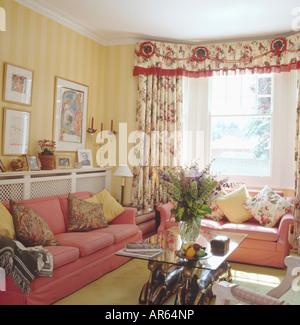 Gelb gestreifte tapete und floral gardinen im schlafzimmer stadthaus mit schwarz wei - Rosa weiay gestreifte tapete ...