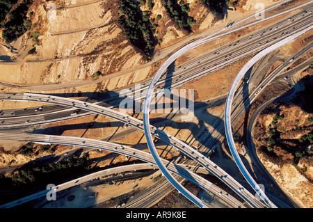 Luftaufnahme des Verkehrs auf komplexe Autobahnkreuz der Autobahnen Straßen Spaghetti wie southern California Los - Stockfoto