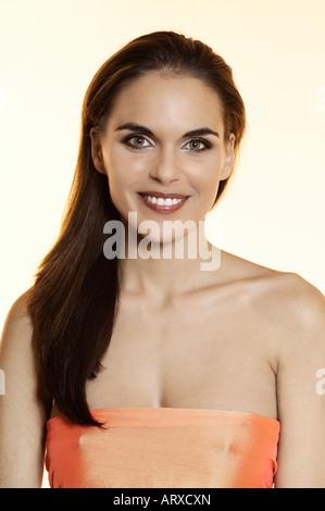 Studio Portrait einer schönen brünett grüne Augen junge Frau trägt orange Sari erschossen - Stockfoto
