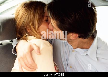 Paar Küssen auf der Rückseite Auto - Stockfoto