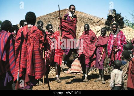 Massai-Krieger oder Moran in traditioneller Tanz Ngorongoro Krater Tansania Ostafrika - Stockfoto