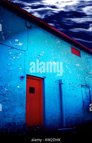 Alte Gasse schmutzige Tür mit hellen Farben und abblätternde Farbe in der Nacht - Stockfoto