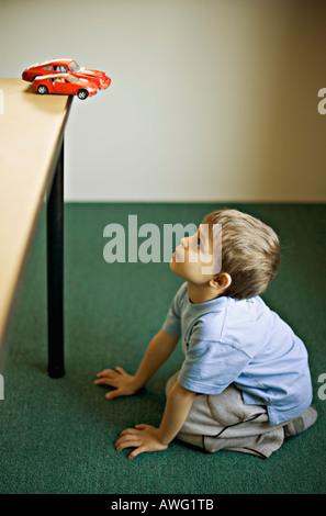 Des Kindes Wunsch nach einem roten Sportwagen, wenn er erwachsen - Stockfoto