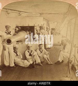 """Tod Umgang Waffen und"" Gunners""Deweys Flaggschiff Olympia in Manila Bay, Philippinen."" 1898 Stereoview Foto. - Stockfoto"