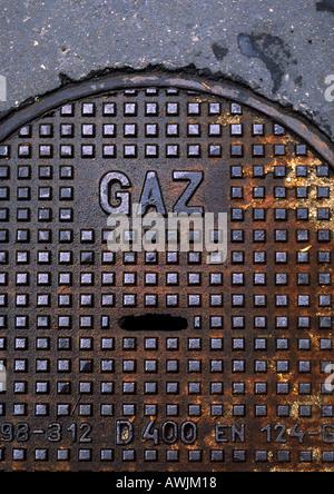 Gasart auf Französisch auf Mann-Loch-Cover. - Stockfoto
