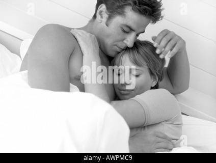 Paar im Bett, b&w umarmen - Stockfoto