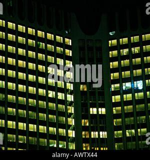 Bürogebäude leuchtet in der Nacht, außen - Stockfoto