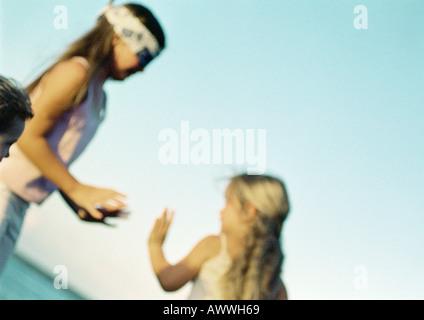 Kinder spielen blindekuh, unscharf - Stockfoto