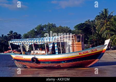 Brasilien, Bahia, Boipeba Insel. Eine Fähre verbindet die Inseln wird am Strand vor Palmen festgemacht. - Stockfoto