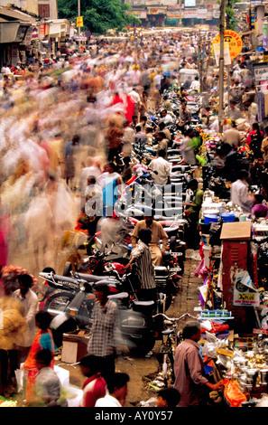 Das unvorstellbare Summen Dadar West Street Market Mumbai brodelt mit Massen von Käufern und Verkäufern. Indien - Stockfoto