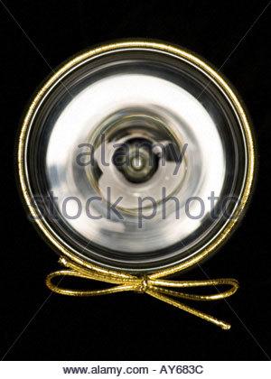Weinglas mit einer goldenen Geschenk wickeln Krawatte - Stockfoto