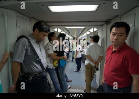 Die u-Bahn-Fahrer in der u-Bahn-Waggon, sind Passagiere der beiden Liebenden küssen. - Stockfoto