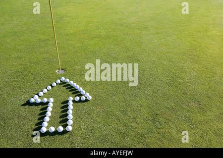 Ein Pfeil in ein Loch auf einem Golf-grün - Stockfoto