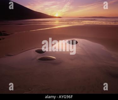 IE - CO. MAYO: Sonnenuntergang am Doogort Strang auf Achill Island (Atlantikküste) - Stockfoto