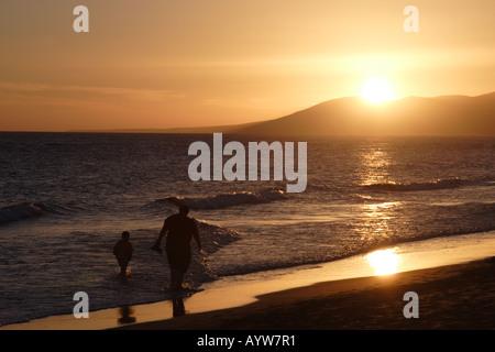 Vater und Sohn zu Fuß am Strand auf Lanzarote - Stockfoto