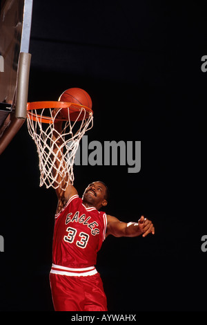 Männer Basketball Spieler Slam Dunks einen Korb - Stockfoto