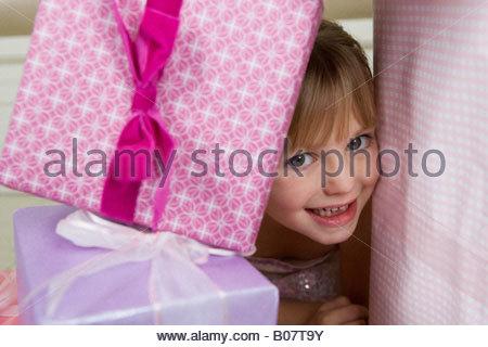 Kleines Mädchen mit Geburtstagsgeschenke - Stockfoto